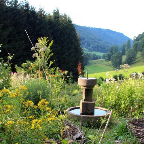 1451914299_BnB_chateau_medieval-garden2